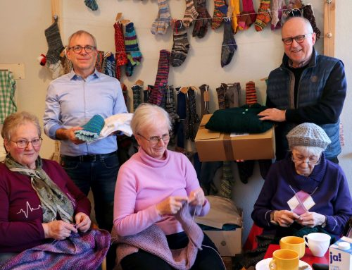 Pullover und Westen, Schals und Mützen für Bedürftige